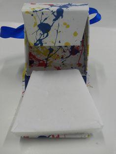 Caixas empastadas (rígidas) com fecho em imã e espuma acoplada de veludinho fitas de cetim nas alças. Caixa 100% Brazil Boxes. Venha conferir ou agende sua visita! -SeeYou-