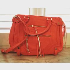Steve Madden Shoulder Bag Amazing condition with multiple pockets for organized storage. Let me know if you have any questions! Steve Madden Bags Shoulder Bags