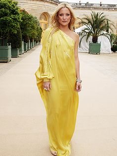 Kate Hudson dons a modern interpretation of the Indian sari, wearing a lemon one-shoulder gown by John Galliano for Dior