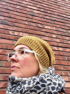 Mä, suuri myssyjen ystävä, tein harmaan, yksinkertaisen myssyn Uncommon Threadin Merino Silk Fingering-langasta eräällä työmatkalla viime ke... Beanie Hats, Beanies, Knitting, Crafts, Diy, Crocheting, Fashion, Crochet, Moda