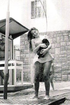I will pin every single picture I see of Maria Callas and her dog. Maria Callas taking a shower with her dog Maria Callas, Old Photos, Vintage Photos, Opera Singers, Vintage Beauty, Classical Music, Belle Photo, Black And White Photography, Famous People