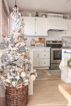 Black Christmas, Flocked Christmas Trees, Gold Christmas Decorations, Woodland Christmas, Beautiful Christmas Trees, Christmas Tree Themes, Merry Christmas, Rustic Christmas, Small White Christmas Tree