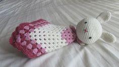 Baby knuffeldoekje van een konijntje voor een babyshower. #haken #knuffeldoekje #kraamcadeauje #konijntje #crochet #baby #lovey