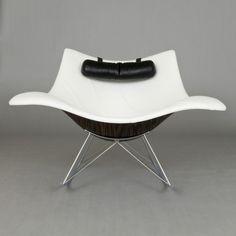 Una sedia a dondolo contemporanea