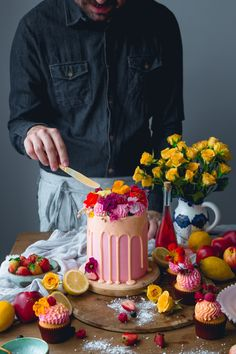 Yellow and Pink Lemonade Cake with Peach Filling and pink buttercream | Historias del Ciervo