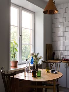 Historiska hem Apartment Ideas, Sweet Home, Mid Century, Street, Interior, Table, Inspiration, Furniture, Vintage