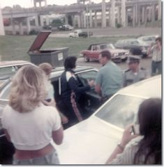 Elvis Presley : Leaving his hotel, on his way to Baton Rouge : July 2, 1976