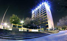 """Así """"vive"""" la noche el emblemático edificio de Ciudad Universitaria que vigila su Explanada día a día."""