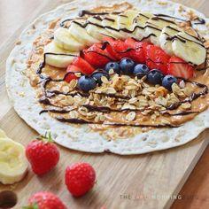 """""""Kirsten: warme havermoutjes, yoghurtjes, smoothies, en overnight oats. Je hebt ze allemaal al eens voorbij zien komen op Foodilove. En ook pindakaas, banaan en chocolade worden regelmatig gecombineerd in ontbijtjes. Maar dit, dit is nieuw. Ontbijten met wraps. Tortilla's met daarop een laagje pindakaas, plakjes banaan, rood fruit, granola en gesmolten pure chocolade.. Opvouwen en oprollen en je hebt een ontbijtwrap. Hoe klinkt dat? Ik snap dat je misschien even aan het idee moet wennen… Overnight Oats, Acai Bowl, Granola, Lunch, Smoothies, Breakfast, Health, Ethnic Recipes, Desserts"""