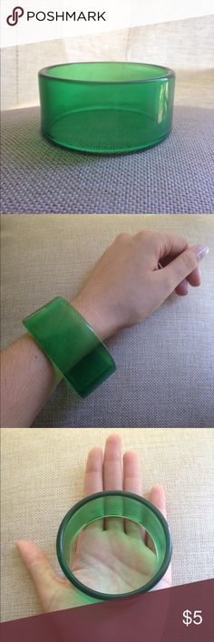 💚 Bracelet: Mod Green, Acrylic Modern-style acrylic bangle bracelet.   Band is solid and does not stretch or expand.  Minimal wear with small imperfection on rim. Jewelry Bracelets