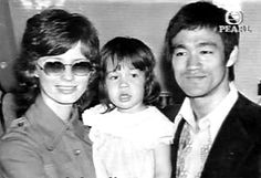 [Pics] Bruce Lee and family Kai Tak Airport, History Of Hong Kong, Way Of The Dragon, Bruce Lee Photos, Anthony Perkins, Brandon Lee, Good Good Father, Beautiful Family, Father And Son