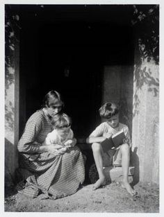 Vanessa with her two Bell sons was the sister of Virginia Woolf. She was a portrait and landscape artist and belonged to the Bloomsbury Group. Vanessa Bell, Virginia Woolf, Portraits Victoriens, Mitford Sisters, Duncan Grant, Bloomsbury Group, English Writers, Art Terms, Annie Leibovitz
