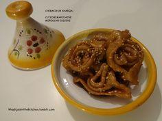 CHEBAKIA (M'KHARQA)  Gâteau traditionnel marocain (préparé durant le mois sacré du Ramadan) / Traditionnal Moroccan cookie (prepared during the holy month of Ramadan)