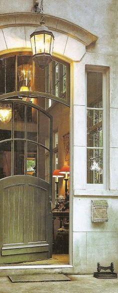 What a Grand Doorway - Décor de Provence: Creative Rooms Arched Front Door, Arched Doors, Windows And Doors, Sidelight Windows, Arched Windows, Cool Doors, Unique Doors, Grand Entrance, Entrance Doors