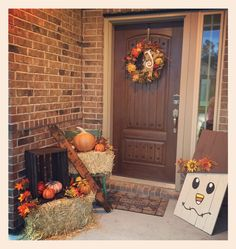 The front porch is the focal point for Halloween decorating. Your porch can have just a touch of Halloween – jack-o-lanterns and pumpkin banner. Or your porch can be full-out haunted. Halloween Porch Decorations, Thanksgiving Decorations, Fall Front Door Decorations, Seasonal Decor, Thanksgiving Ideas, Holiday Decorations, Boutique Halloween, Fall Home Decor, Front Porch Fall Decor