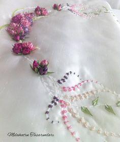 SECCADE Diy Ribbon Flowers, Silk Ribbon, Fabric Flowers, Ribbon Rose, Ribbon Embroidery, Embroidery Designs, Quilt Making, Cushion Covers, Diy Fashion