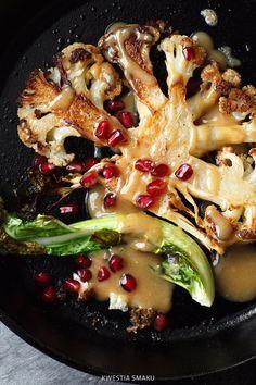 Stek z kalafiora podawany z sosem tahini i granatem