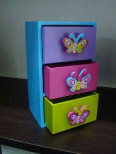 COFRES EN ARTE COUNTRY Disney Furniture, Diy Barbie Furniture, Cardboard Furniture, Baby Furniture, Painting Kids Furniture, Painting On Wood, Barbie Doll Set, Baby Boy Room Decor, Arte Country