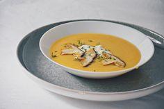 Der Steinpilz zählt zu den Delikatessen in der Küche und ist mit seinem mild, nussartigen Geschmack ein Highlight in jedem Gericht. Zudem ist er auch leichter verdaulich als die meisten anderen Speisepilze. Kurz angebraten passt er unter anderem perfekt als Suppeneinlage. Organic Recipes, Ethnic Recipes, Thai Red Curry, Food, Potato Soup, Deli Food, Browning, Easy Meals, Food Food