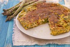 La frittata di asparagi è un classico secondo piatto primaverile, quando gli asparagi crescono spontaneamente; da servire come anche come antipasto.