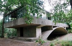 la Casa del Puente del arquitecto Amancio Williams. Amazing Architecture, Interior Architecture, Amancio Williams, Beautiful Buildings, Bauhaus, Midcentury Modern, Villa, Exterior, Outdoor Structures