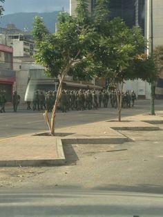 marzo 26. MT @MecheLuque: GN sube desde el distribuidor #Altamira a la Francisco de Miranda a las 4:28pm pic.twitter.com/TFVwn6itkl #16M