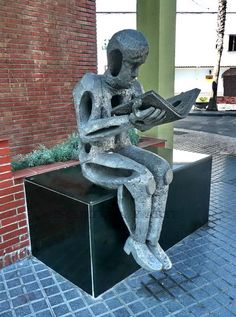 Lector (Reader in front of the library), Vélez-Málaga, España. Reading At Home, Reading Art, I Love Reading, Seward Johnson, Book Sculpture, Book Storage, Andalucia, Malaga, Portal