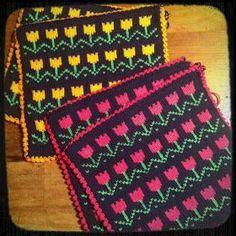 Jeg har været så heldig, at få foræret disse hønsestrikkede grydelapper. De er strikket af en ældre dame, som sælger dem via en gårdbutik. ... Fair Isle Knitting Patterns, Knitting Charts, Crochet Home, Knit Crochet, Fair Isle Chart, Crochet Potholders, Double Knitting, Couture, Knitting Projects