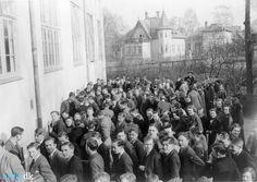 arkiv.dk | Elever uden for Giersings Realskole En mængde elever er samlet uden for Giersings Realskole på Nonnebakken.