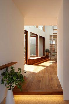 奥沢の家: アトリエ スピノザが手掛けた廊下 & 玄関です。
