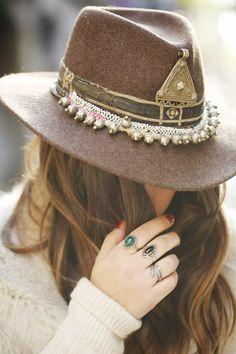 chapeaux pour femme - hats for women Hippie Style, Hippie Chic, Women's Fashion Dresses, Boho Fashion, Fashion 2018, Chapeau Cowboy, Fedora Hat Women, Boho Hat, Floppy Hats