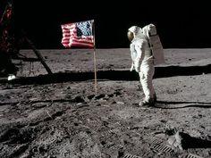 La teoria secondo cui il primo sbarco sulla luna fu un imbroglio del governo degli Stati Uniti organizzato per affermare la loro vittoria sulla Russia nella corsa allo spazio , è diventata molto popolare negli ultimi tempi.