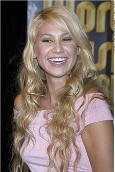 Anna Kournikova has very long, curly hair. Her thick hair has been layered and this look is very sexy and romantic. The hair is parted off to the side with the long straight bangs swept over across at one side.The haircut is long and layered.Anna's hair colour is blonde.