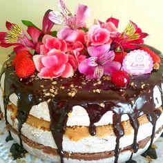 Naked cake cobertura de ganache de chocolate e recheios de brigadeiro de nutella e nozes.