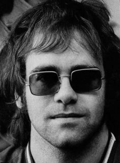 Sir Elton Hercules John , born under the name of Reginald Kenneth Dwight is a British pop singer, born 25 March 1947 in Pinner (Middlesex, England). Formally adopted the name Elton Hercules John in 1972