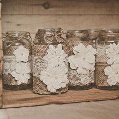 leuk  idee voor je bruiloft. Sfeerlichtjes bekleed met kant en bloemen.