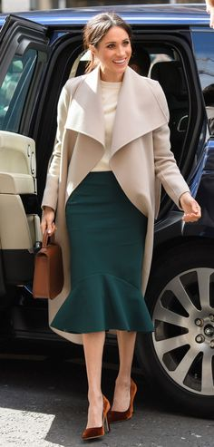 Meghan Markle wears taupe-gray Roland Mouret dress for Dublin visit For the second day of her trip to Ireland with Prince Harry — their first foreign tour as a married couple — Meghan chose a clay-hued, midlength dress. Estilo Meghan Markle, Meghan Markle Stil, Vestidos Kate Middleton, Looks Kate Middleton, Kate Middleton Skirt, Kate Middleton Outfits, Meghan Markle Outfits, Meghan Markle Fashion, Megan Markle Dress