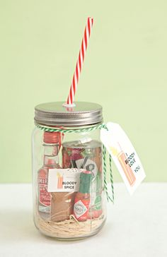 Mason Jar Bloody Mary Gift with custom spice mix + free tag printables -- awesome bridal party gift! Mason Jars, Mason Jar Gifts, Gift Jars, Glass Jars, Craft Gifts, Diy Gifts, Food Gifts, Giveaways, Cocktail Gifts