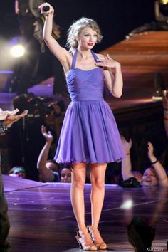Taylor Swift short purple dress in Newark Speak Now concert. Short cocktail celebrity gown for party, bridesmaid and homecoming. Pleated chiffon dress with halter neckline. Low back. Concert Taylor Swift, Taylor Swift Speak Now, Live Taylor, Taylor Swift Pictures, Taylor Alison Swift, Cocktail Bridesmaid Dresses, Homecoming Dresses, Blake Lively, Purple Party Dress