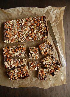 quadradinhos de biscoito com chocolate e amêndoa