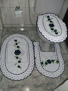 Jogo de banheiro com aplique de flores branco com marinho