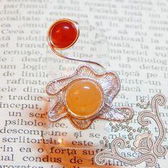 """""""Sunset"""" este un inel foarte special pentru noi. Designul unic, nu a fost proiectat, ci s-a nascut treptat, pe masura ce bijuteria a prins viata. Este un inel ce personifica """"Soarele"""" in toata spendoarea lui. Realizat manual prin tehnica wire wrapping (detalii AICI) din pietre semipretioase (Agata de foc si Carneol), acest inel este menit sa ofere caldura tinutei tale. Agate, Gemstone Rings, Brooch, Gemstones, Handmade, Jewelry, Hand Made, Jewlery, Bijoux"""