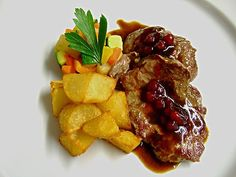 Escalope of venison with cranberry sauce Cranberry Sauce, Bubble Tea, Venison, Dumpling, Wok, Chinese Food, Stir Fry, Fries, Roast