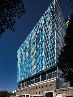 A WATERFALL IN THE CITY - Project: Waterfall Apartments, Bouverie Street, Carlton, Melbourne | Australia - Architect: studio 505 | Australia - Fabricator: Casello Constructions, Melbourne | Australia - Year of Construction: 2015 - Product: ALUCOBOND® PLUS in diverse custom colours - Photos: John Gollings | studio505