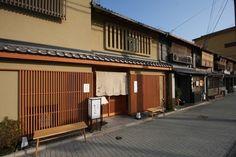 「岡北」は、先に紹介した「山元麺蔵」のすぐ隣。店舗は京都らしい店構え。【画像奥側は「山元麺蔵」】
