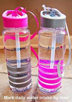 Si se te hace difícil tomar 2 L de agua al día, puedes marcar una botella los horarios para ir bebiendo en pequeñas cantidades y mantenerte hidratado todo el día.