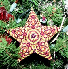 Adapted from a triangle diagram by Beaded star Beaded Christmas Decorations, Beaded Ornaments, Xmas Ornaments, Peyote Patterns, Beading Patterns, Beaded Jewelry Designs, Peyote Beading, Star Ornament, Xmas