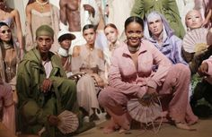É oficial: pouco a pouco os famosos estão assumindo as passarelas das semanas de moda. Este é o caso da cantora Rihanna que pela segunda vez irá desfilar a sua coleção Fenty Puma. Desta vez em Paris. A expectativa já é grande! #rihanna #pfw  via MARIE CLAIRE BRASIL MAGAZINE OFFICIAL INSTAGRAM - Celebrity  Fashion  Haute Couture  Advertising  Culture  Beauty  Editorial Photography  Magazine Covers  Supermodels  Runway Models