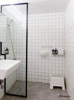 벽과 천장은 정사각형 타일로 깔끔하게 마감하고 바닥은 거친 콘크리트 느낌이 나는 세라믹 타일