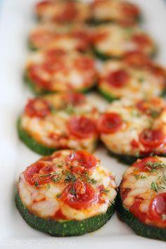 Courgettes pizzas aux tomates, chorizo et fromage.